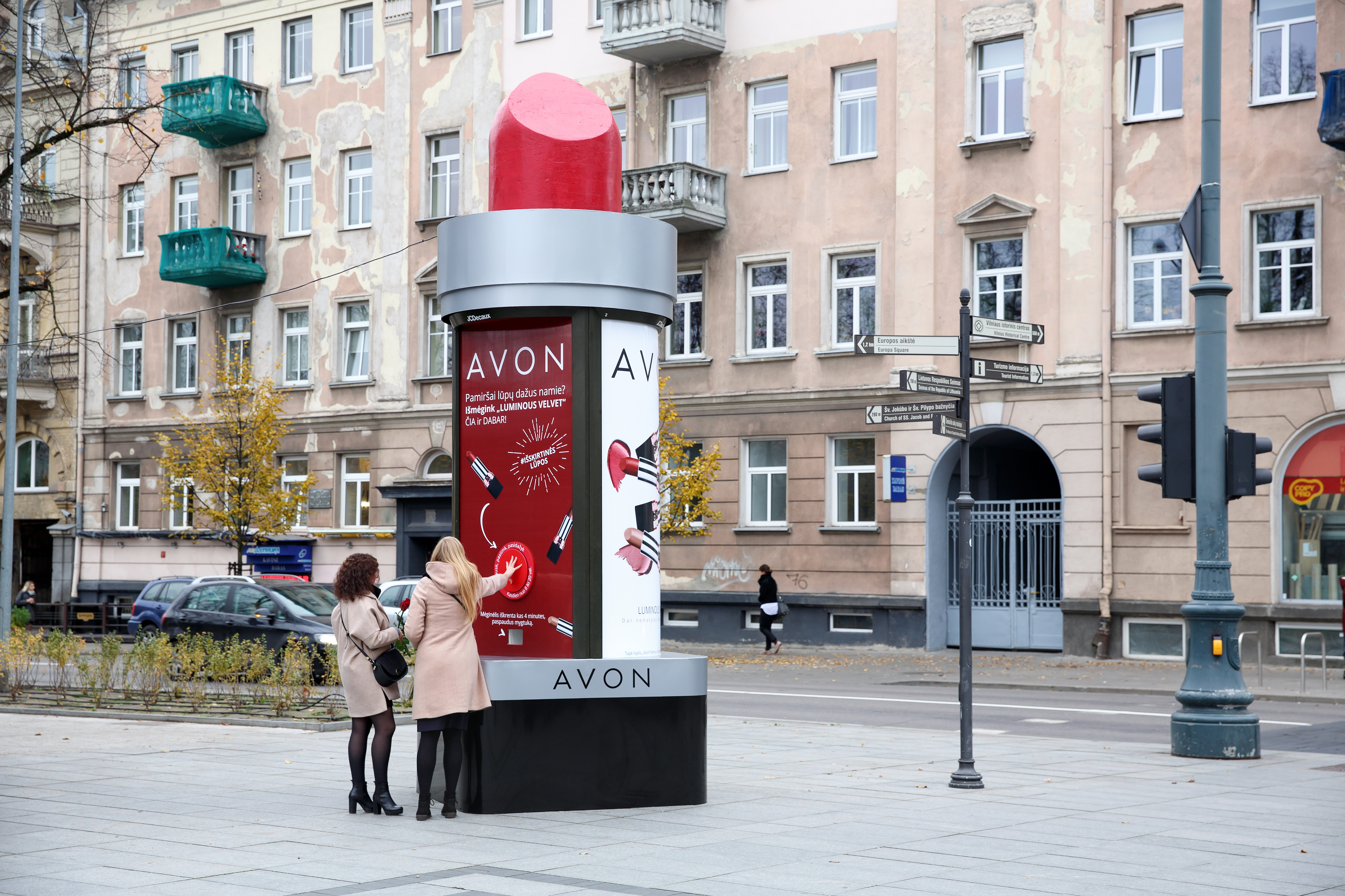JCDecaux_Lithuania_Avon_OOH_campaign