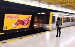 Sfera Ebbasta nella campagna di Spotify in metropolitana a Milano