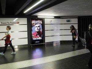 Il rapper Gemitaiz nella metropolitana di Roma