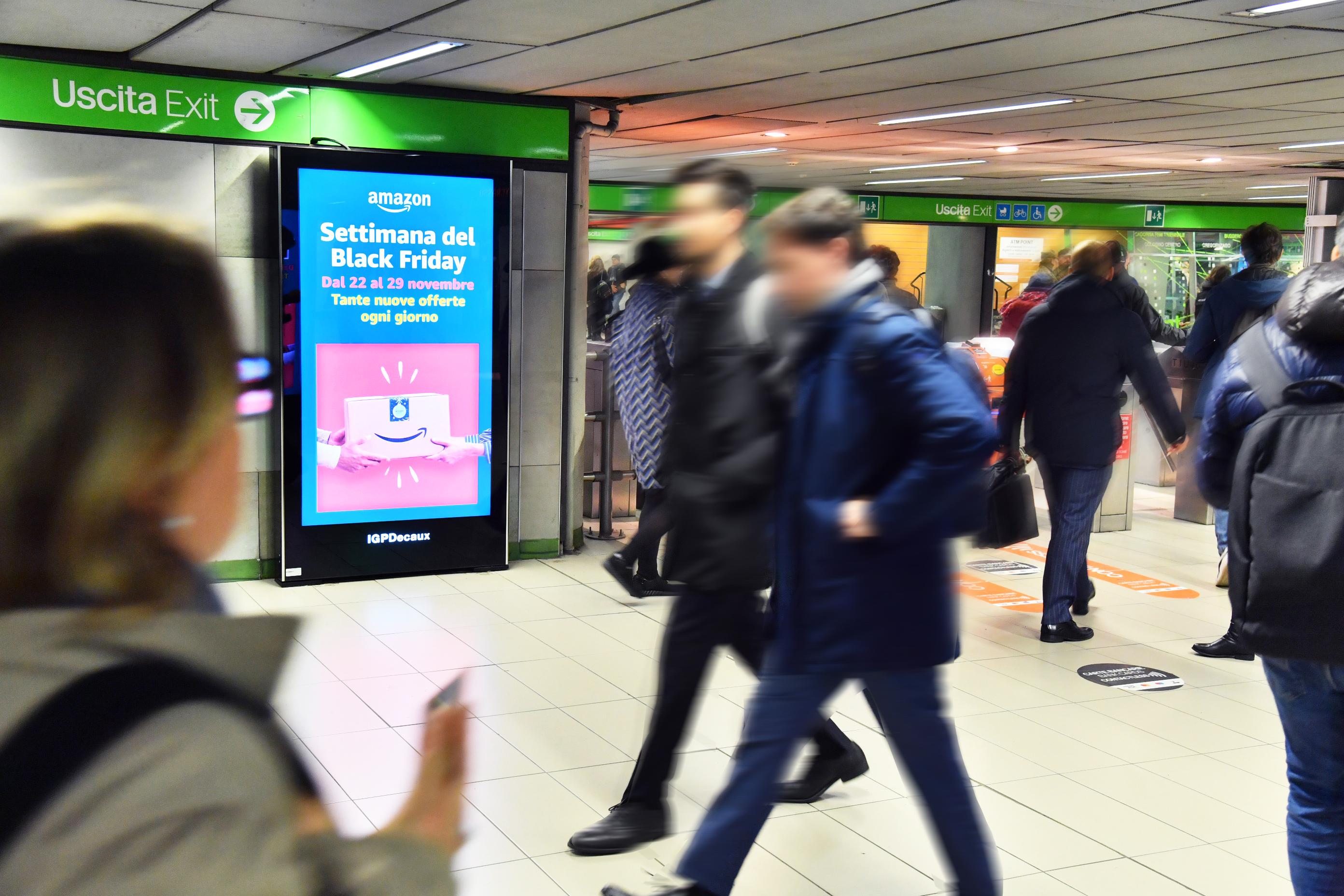 Schermi_iVision_metropolitana_Milano_IGPDecaux_Amazon
