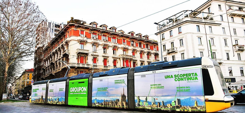 Pubblicità sui tram Milano IGPDecaux Full-Wrap per Groupon