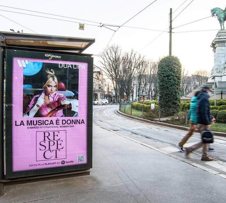 OOH IGPDecaux Milano pubblicità sulle pensiline per Warner Music Italy