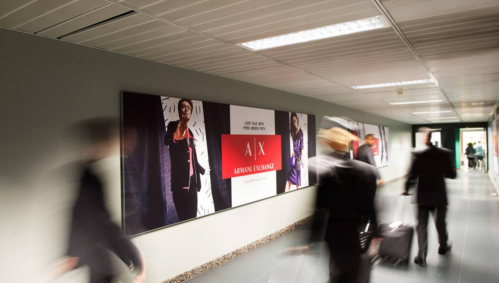 Pubblicità aeroporto IGPDecaux Finger per Armani a Malpensa