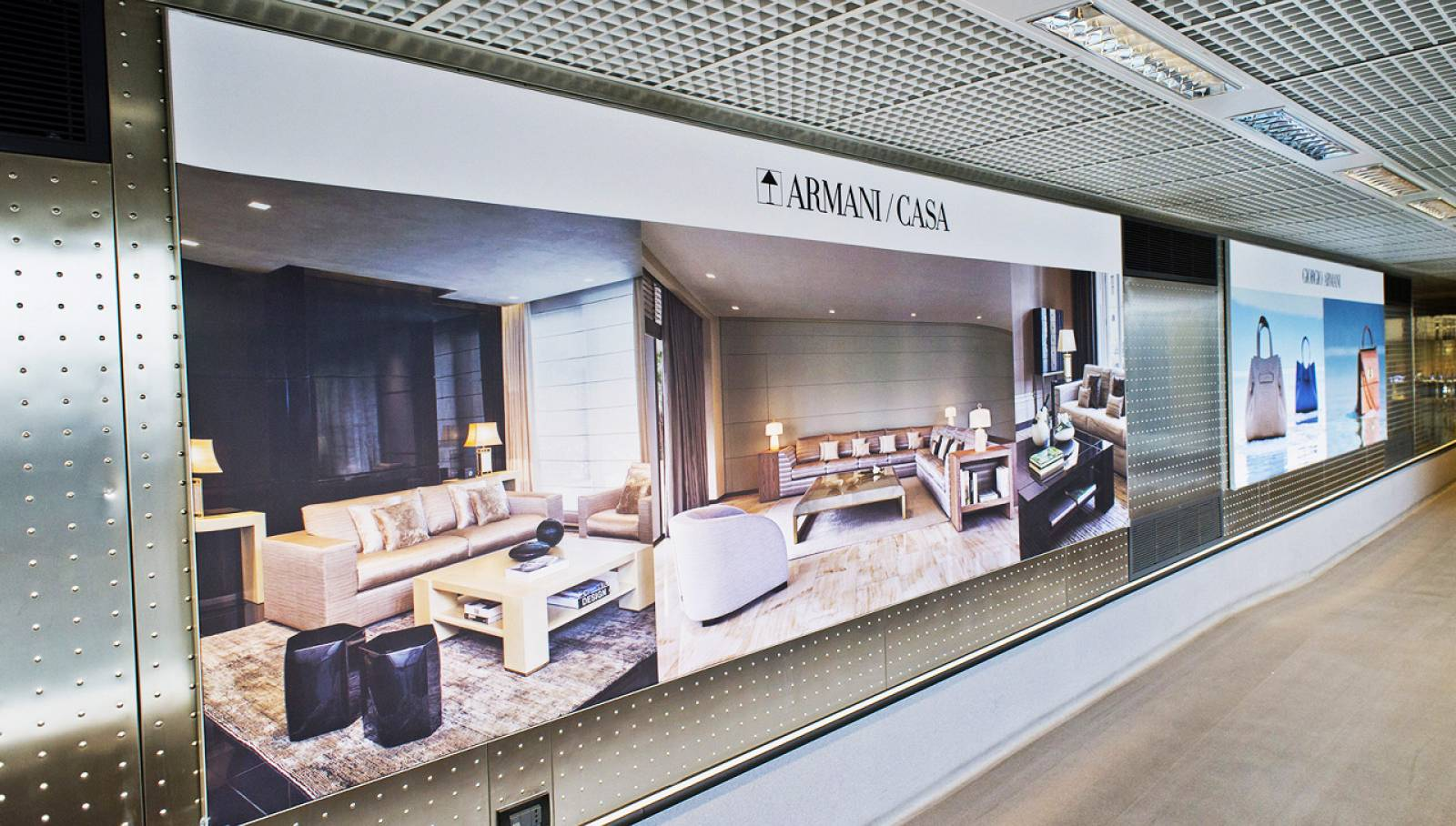 IGPDecaux Out of Home advertising Finger a Malpensa per Armani