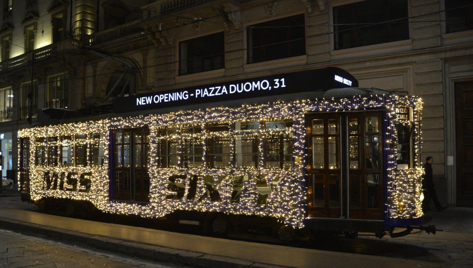 Tram natalizio Milano IGPDecaux tram con luci per Miss Sixty