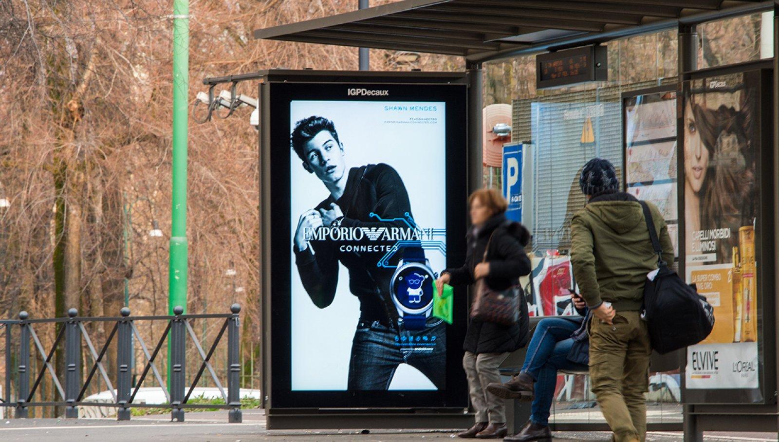 Pubblicità sulle pensiline a Milano pensiline digitali IGPDecaux per Armani