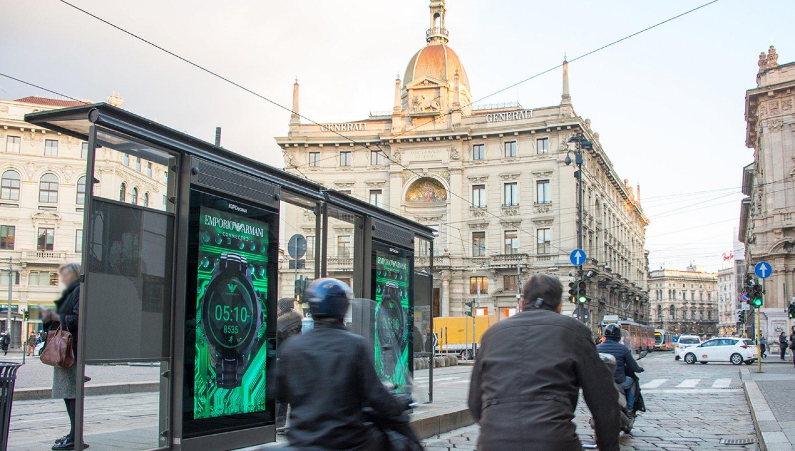 Digital Out Of Home Milano IGPDecaux pensiline digitali per Armani