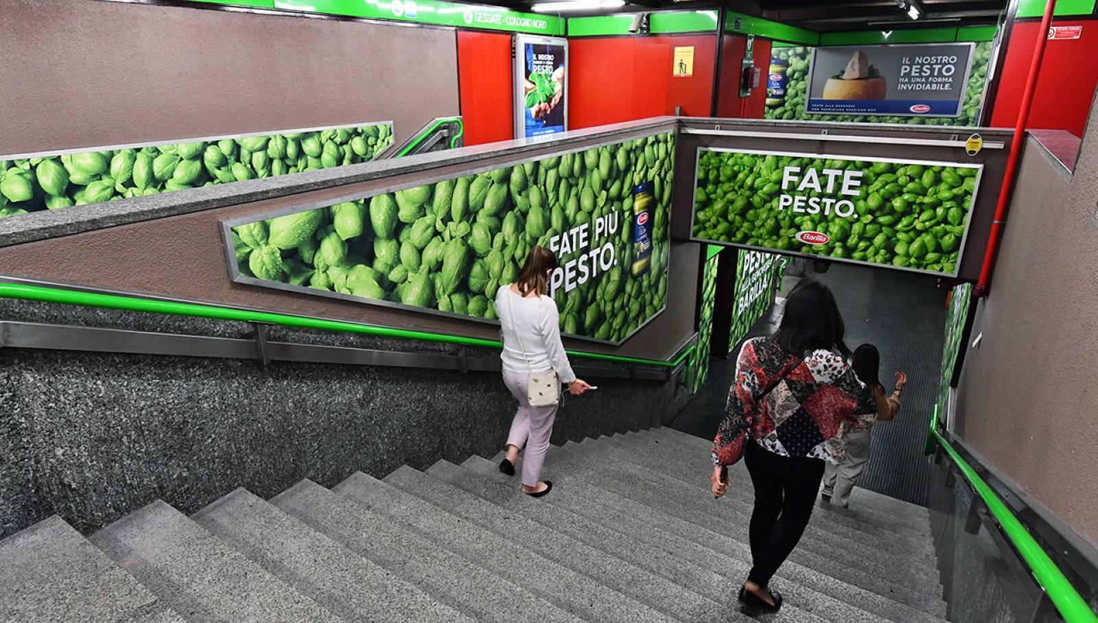 Pubblicità OOH Milano IGPDecaux Station Domination per Barilla