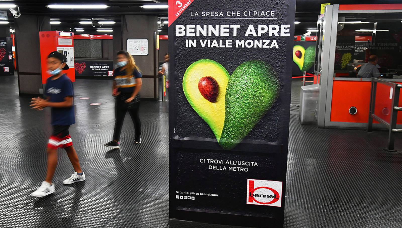 OOH advertising IGPDecaux Station Domination a Milano per Bennet