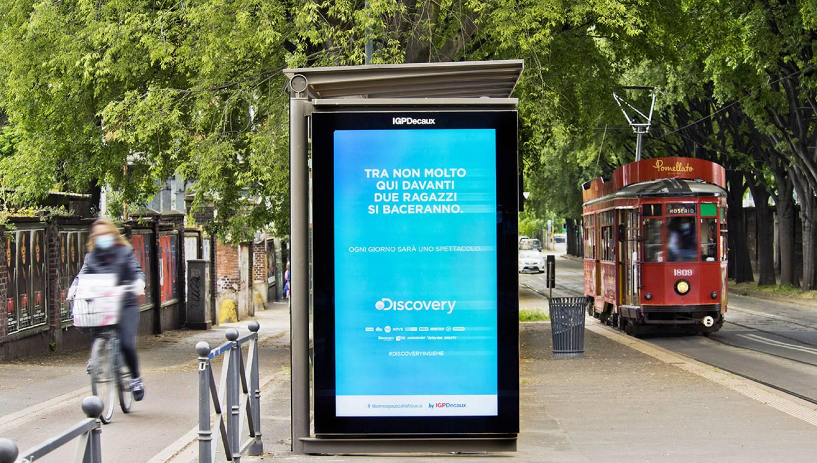 pubblicità sulle pensiline digitali IGPDecaux Milano Network Vision per Discovery Channel Italia