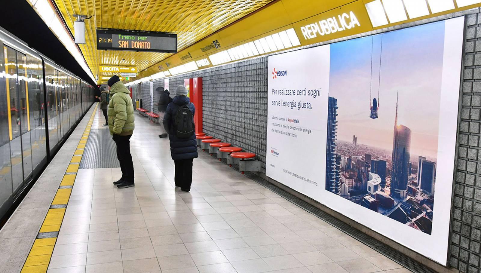 Pubblicità in metropolitana IGPDecaux a Milano Circuito Phygital per Segnali d'Italia Edison