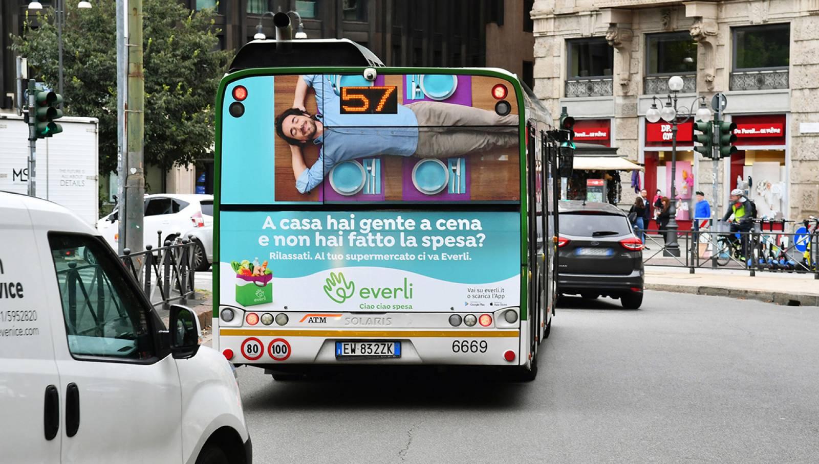Pubblicità su autobus a Milano IGPDecaux Full-Back per Everli