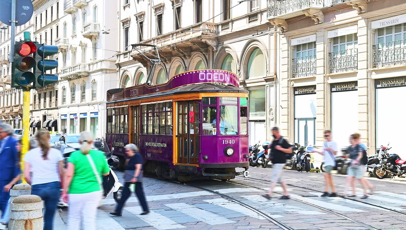 Le Creative Solutions di IGPDecaux hanno realizzato per Odeon una pensilina e un tram full-wrap spettacolari