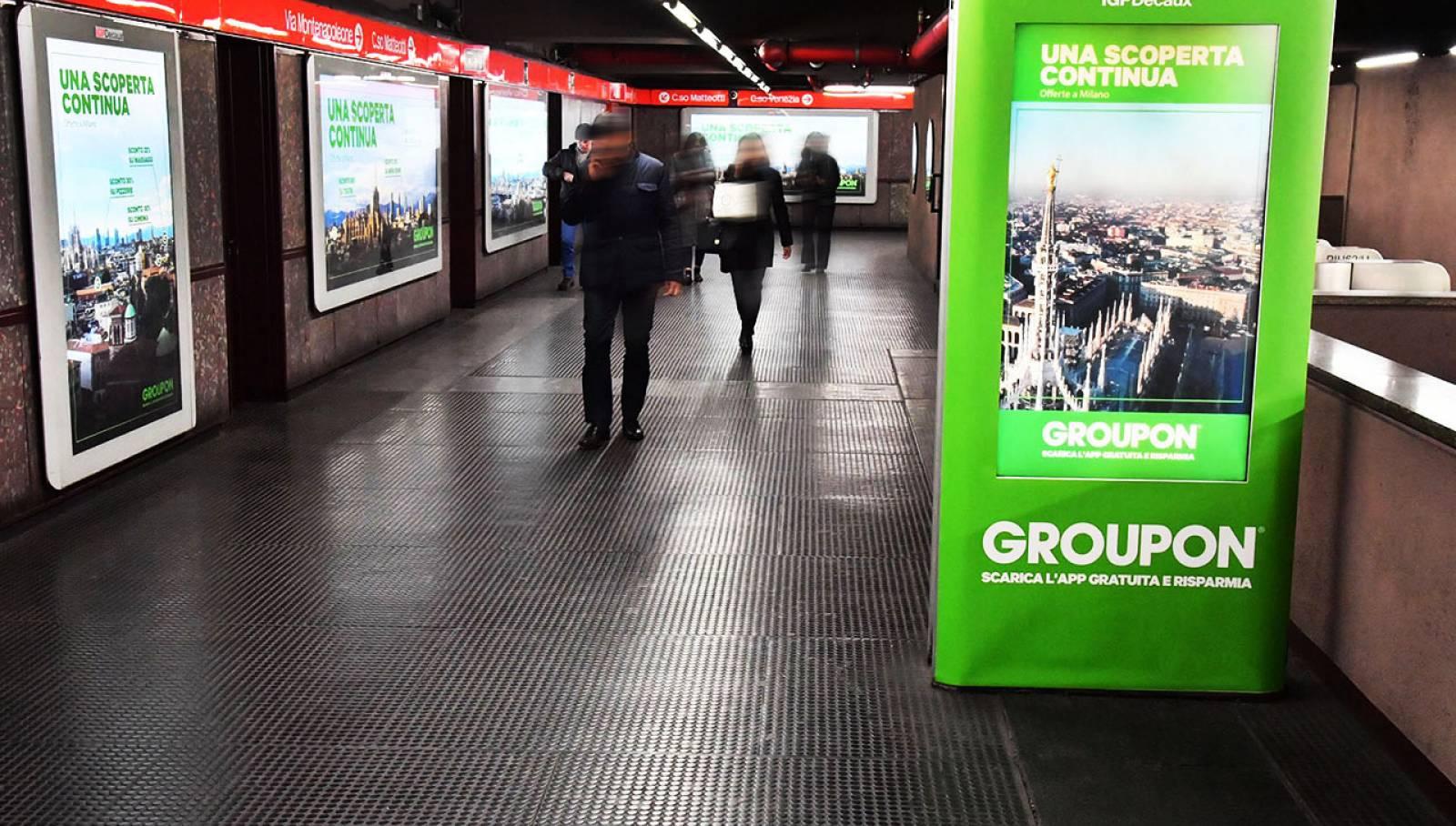 Pubblicità in metropolitana IGPDecaux station domination per Groupon a Milano