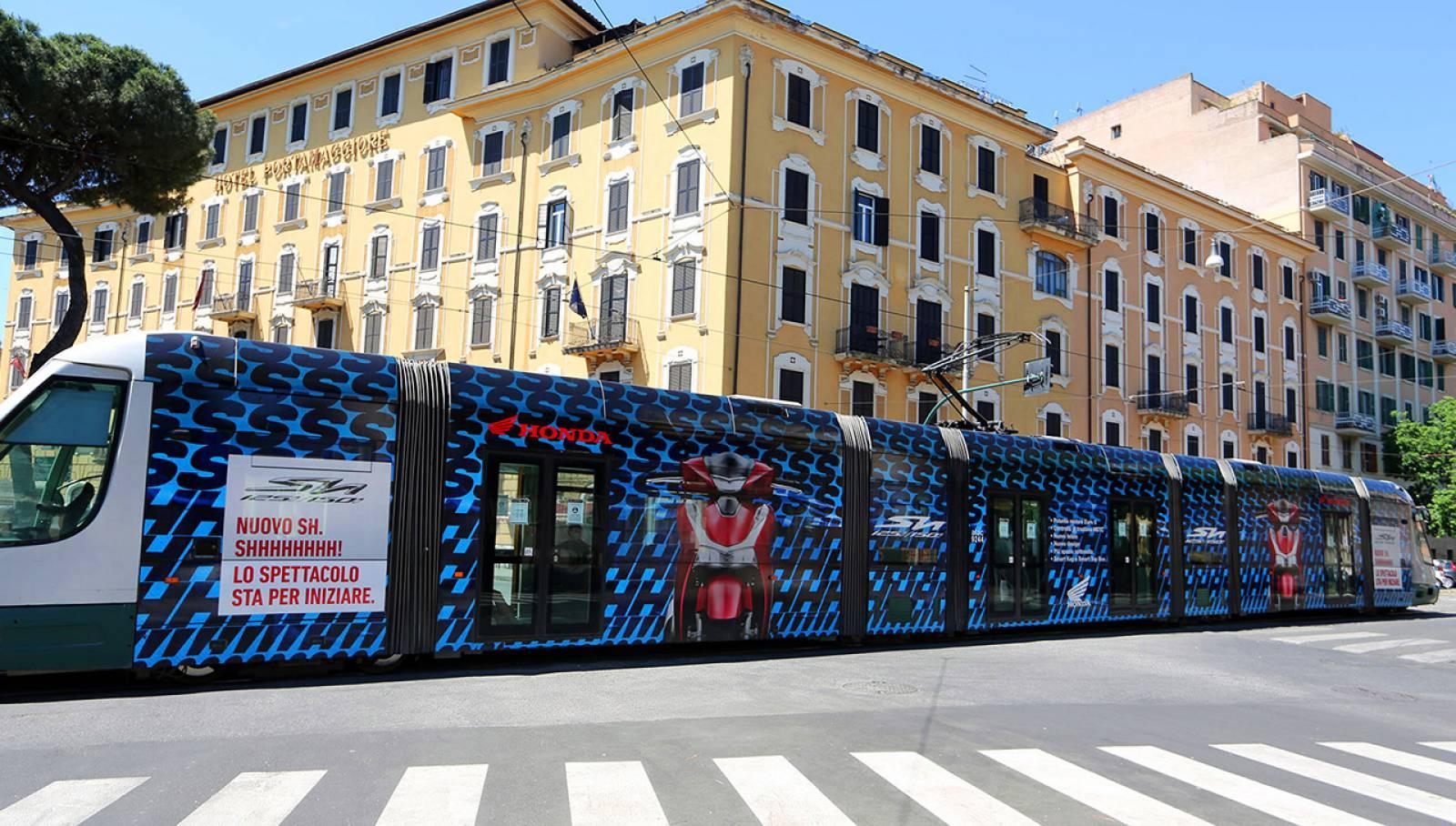 Pubblicità su tram IGPDecaux a Roma Full-Wrap eurotram per Honda