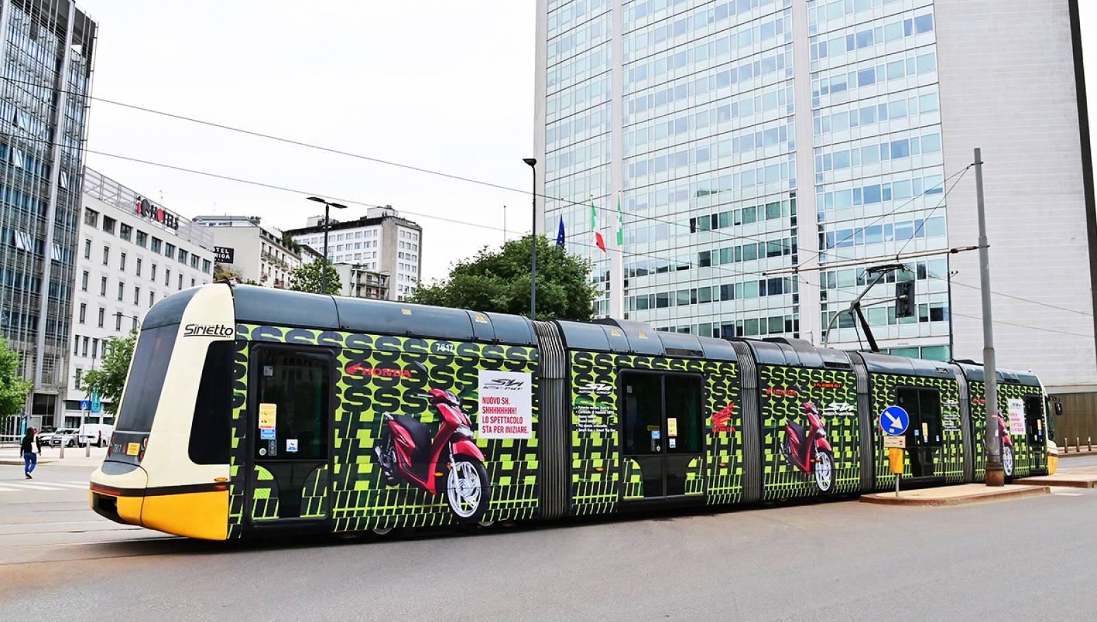 Pubblicità su tram IGPDecaux a Milano tram decorato (Full-Wrap) per Honda
