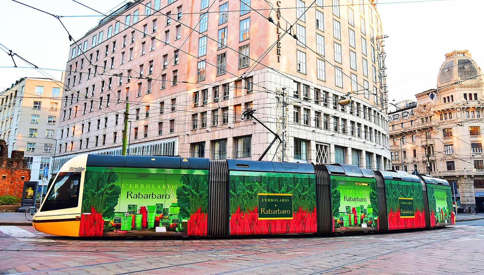 Pubblicità sui tram a Milano IGPDecaux tram decorato per L'Erbolario