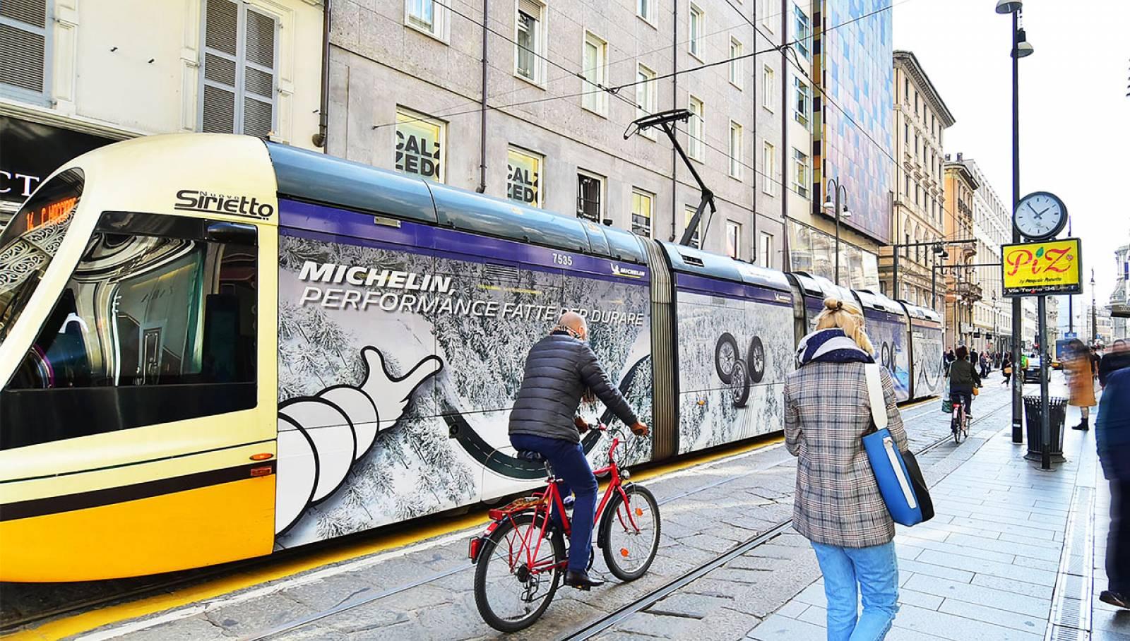 Pubblicità su tram Milano IGPDecaux Full-Wrap per Michelin