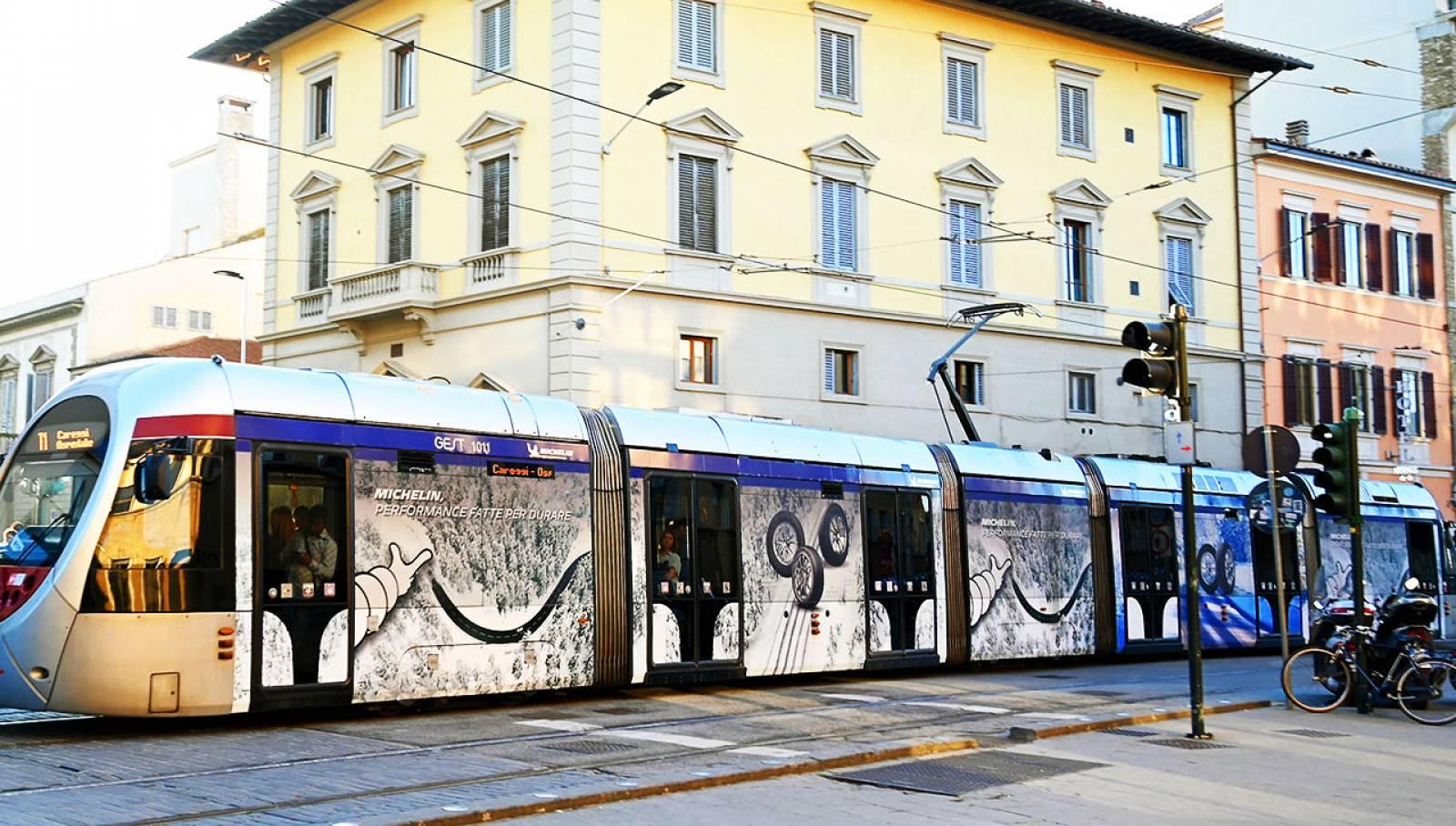 Pubblicità sui tram a Firenze IGPDecaux Full-Wrap per Michelin