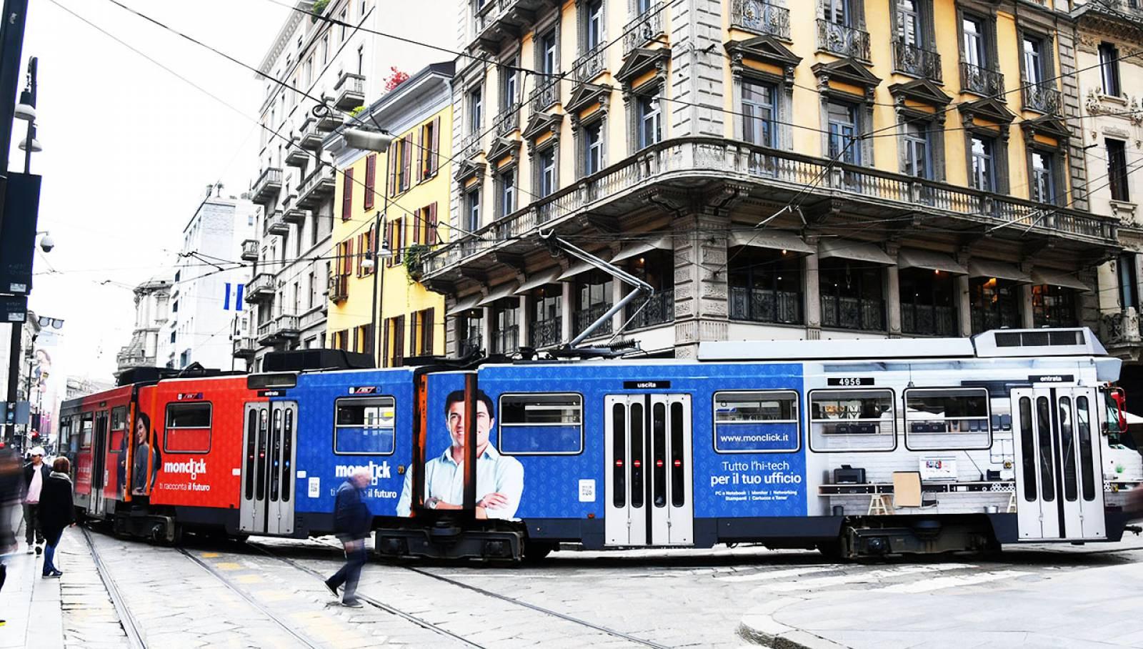 Pubblicità su tram a Milano Full-Wrap IGPDecaux per Monclick