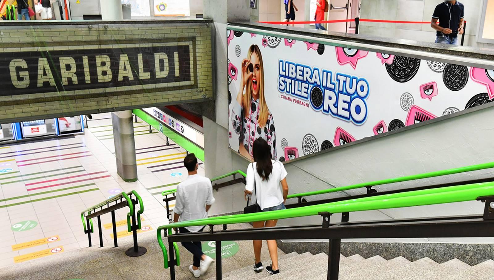 Pubblicità metro milanese IGPDecaux Station Domination per Mondelez Italia