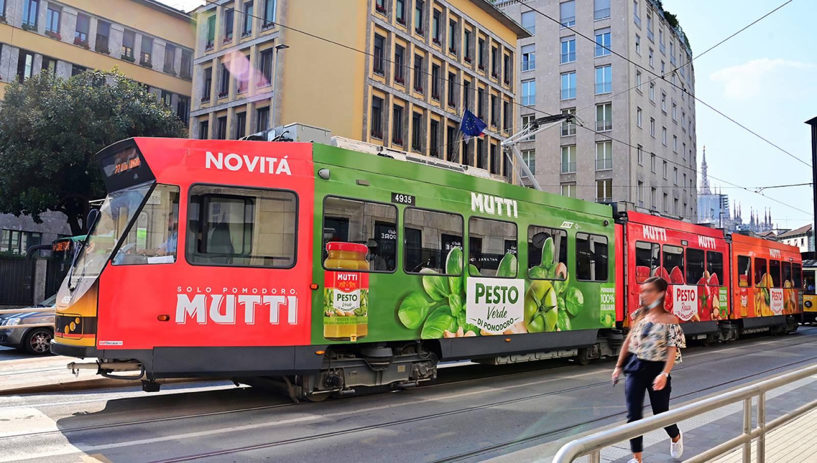Pubblicità su tram IGPDecaux a Milano Full-Wrap per Mutti
