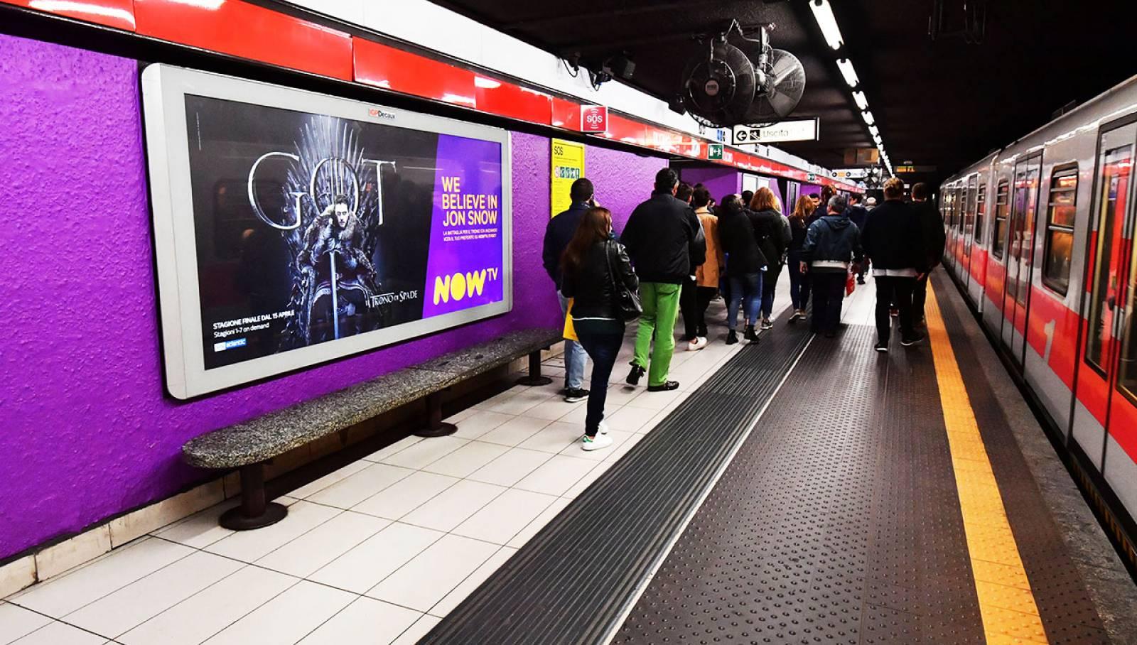 Pubblicità metro Milano IGPDecaux Station Domination per il Trono di Spade Now TV