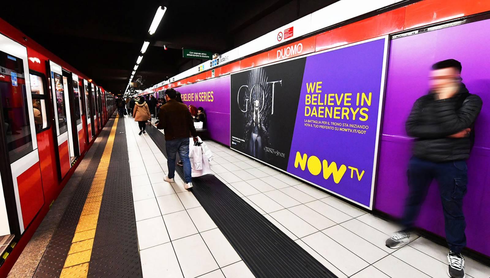 Pubblicità metropolitana milanese IGPDecaux Station Domination per il Trono di Spade Now TV