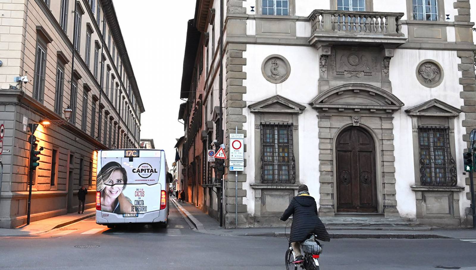 Outdoor advertising IGPDecaux a Firenze Full-back per Radio Capital