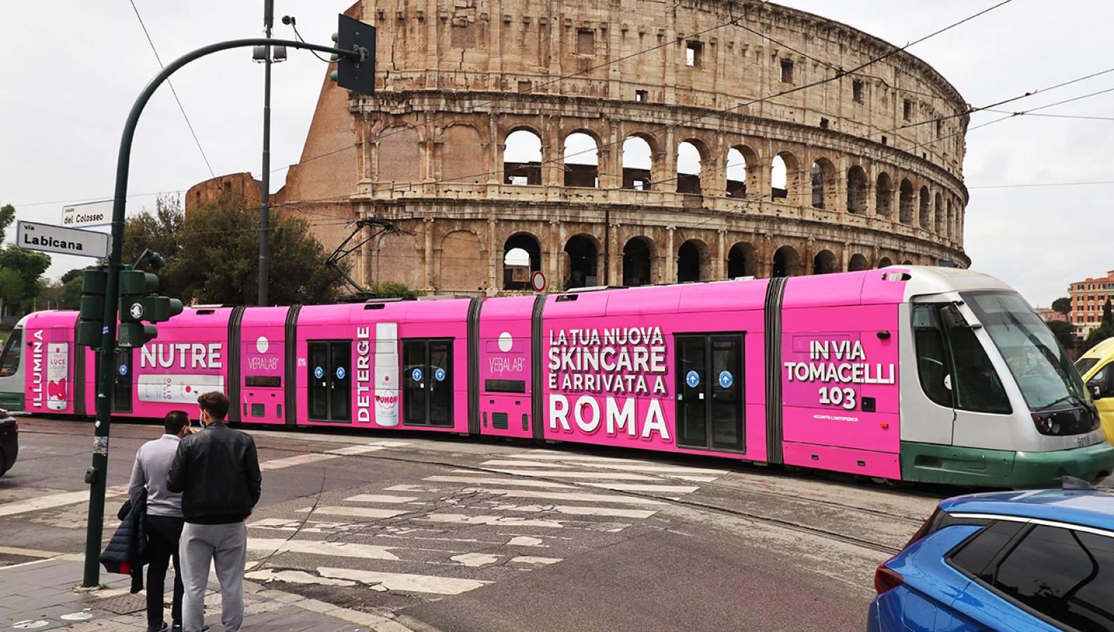Pubblicità su tram IGPDecaux a Roma Full-Wrap per L'Estetista Cinica