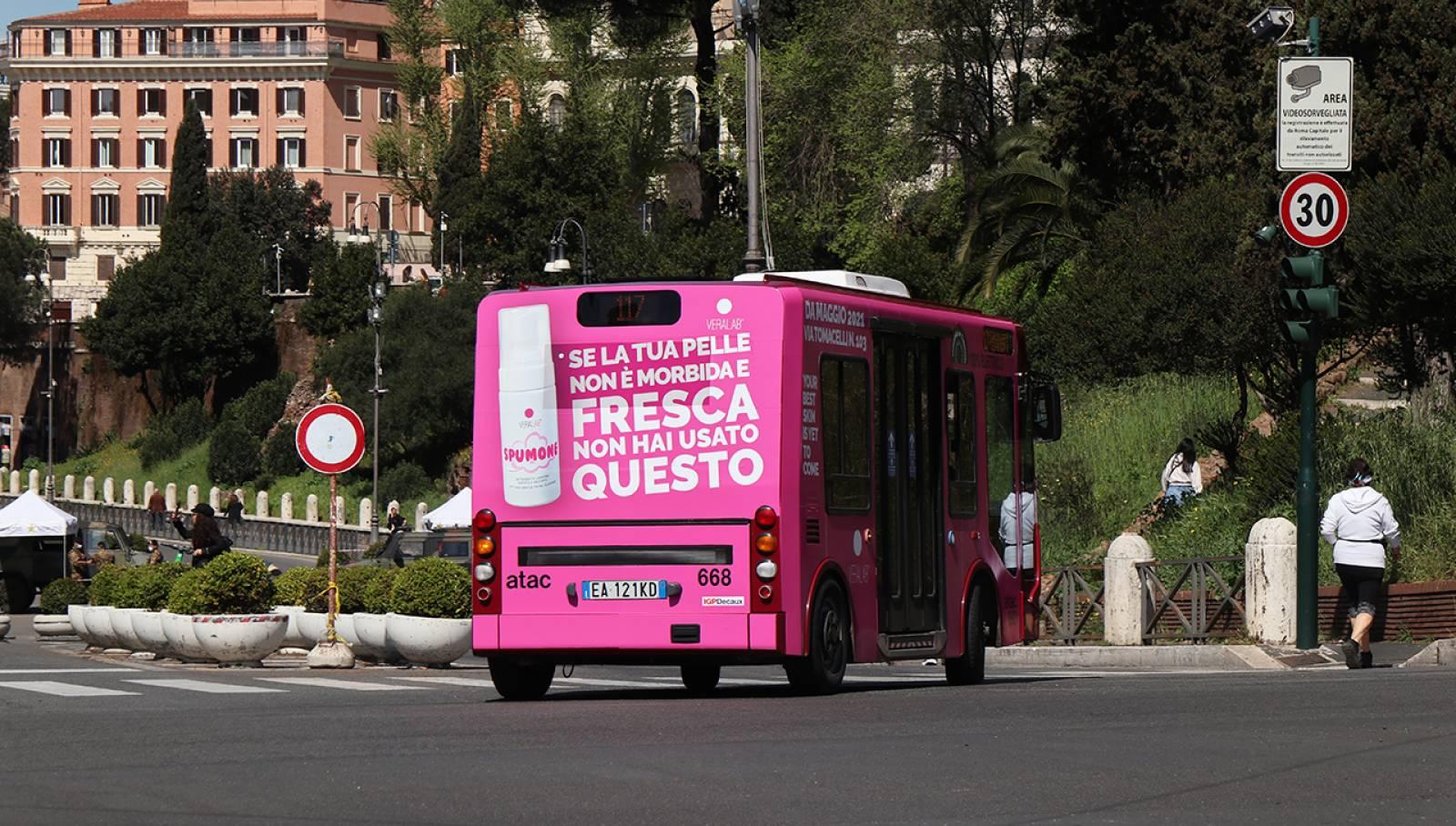 Pubblicità su autobus a Roma IGPDecaux Full-Wrap per L'Estetista Cinica