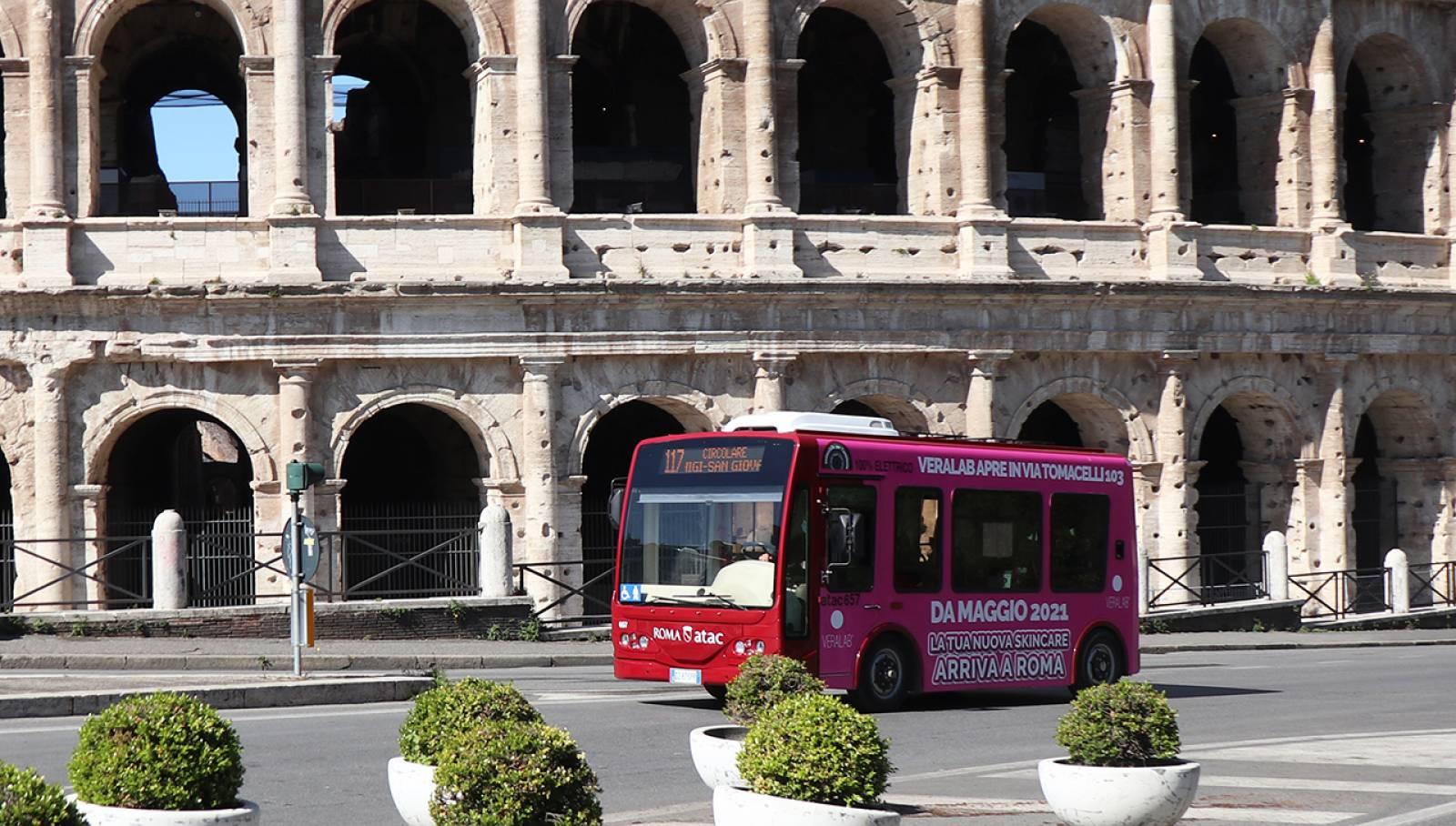 Pubblicità su autobus a Roma Full-Wrap IGPDecaux per L'Estetista Cinica