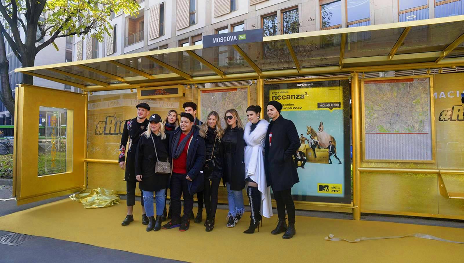 Pensilina in oro a Milano per Riccanza IGPDecaux Creative Solutions