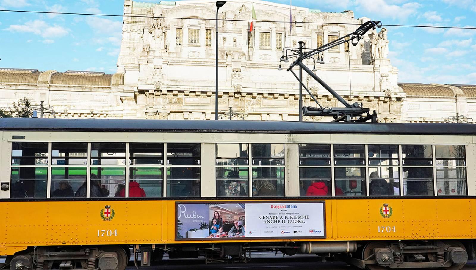Pubblicità su tram IGPDecaux a Milano Side Banner per Segnali d'Italia