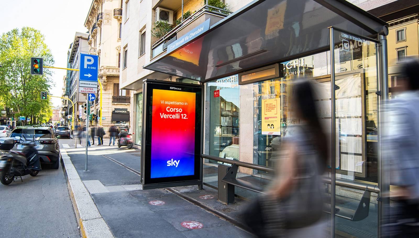 Pubblicità sulle pensiline IGPDecaux a Milano Network Vision per SKY Italia