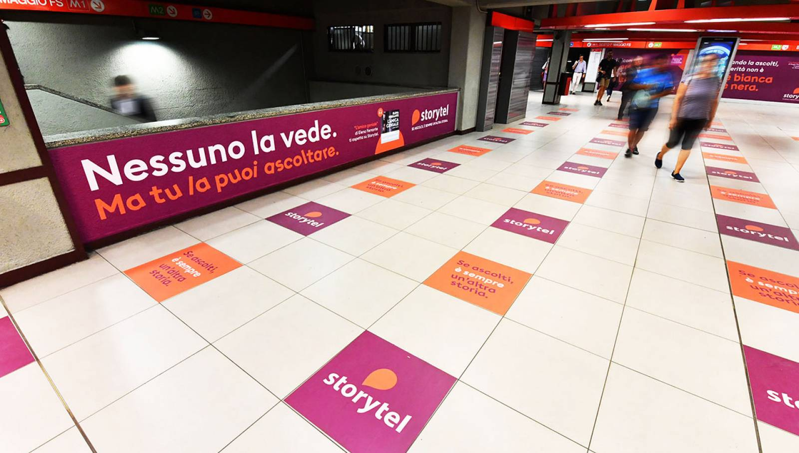 Pubblicità metro milanese Station Domination IGPDecaux per Storytel