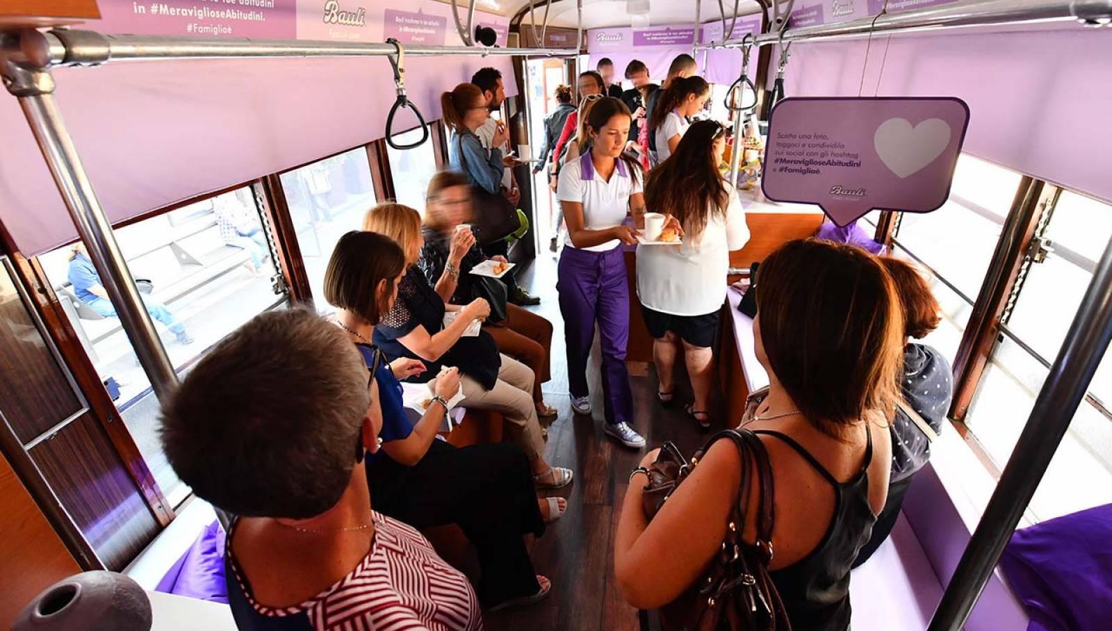 Pubblicità su tram Milano IGPDecaux tram speciale per Bauli