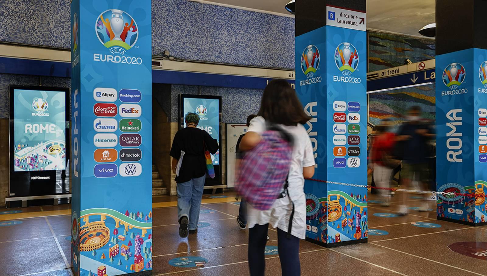 Pubblicità in metropolitana a Roma Colosseo IGPDecaux Station Domination per UEFA 2020