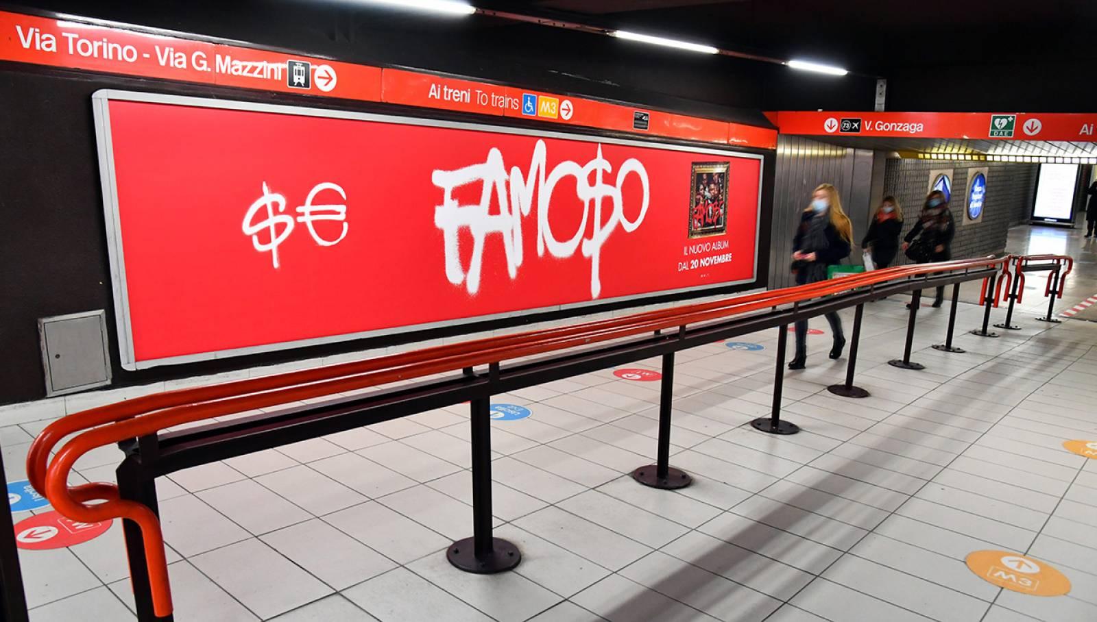 Pubblicità OOH in metropolitana IGPDecaux Station Domination per Sfera Ebbasta a Milano