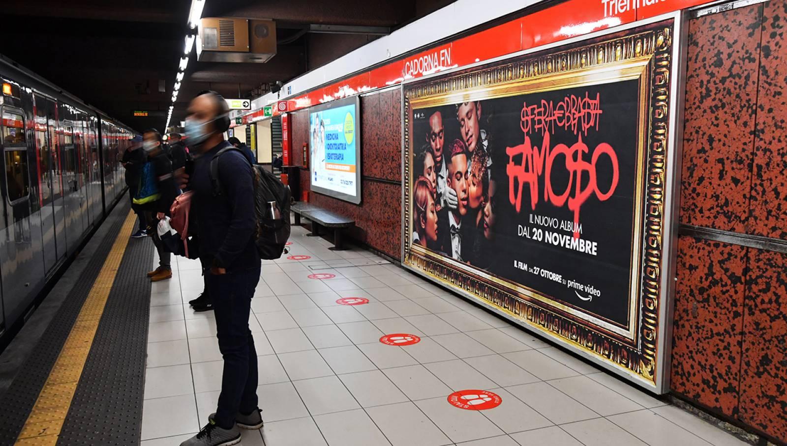 Pubblicità metro Milano IGPDecaux circuito Maxi per Sfera Ebbasta