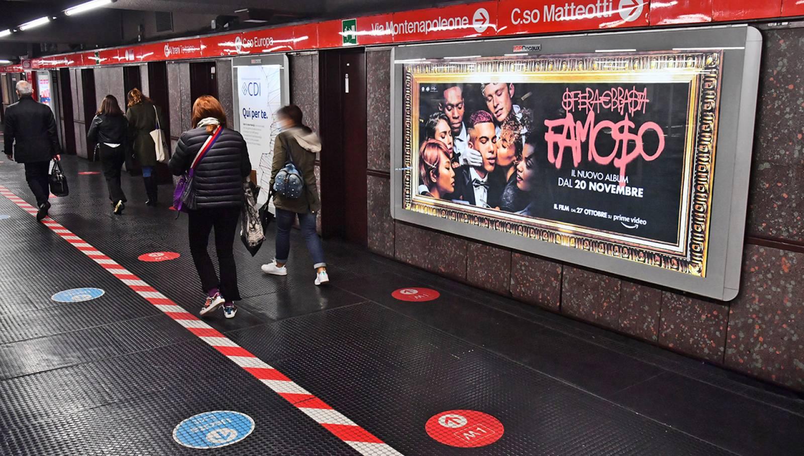 Pubblicità OOH metro milanese IGPDecaux Circuito Maxi per Sfer Ebbasta