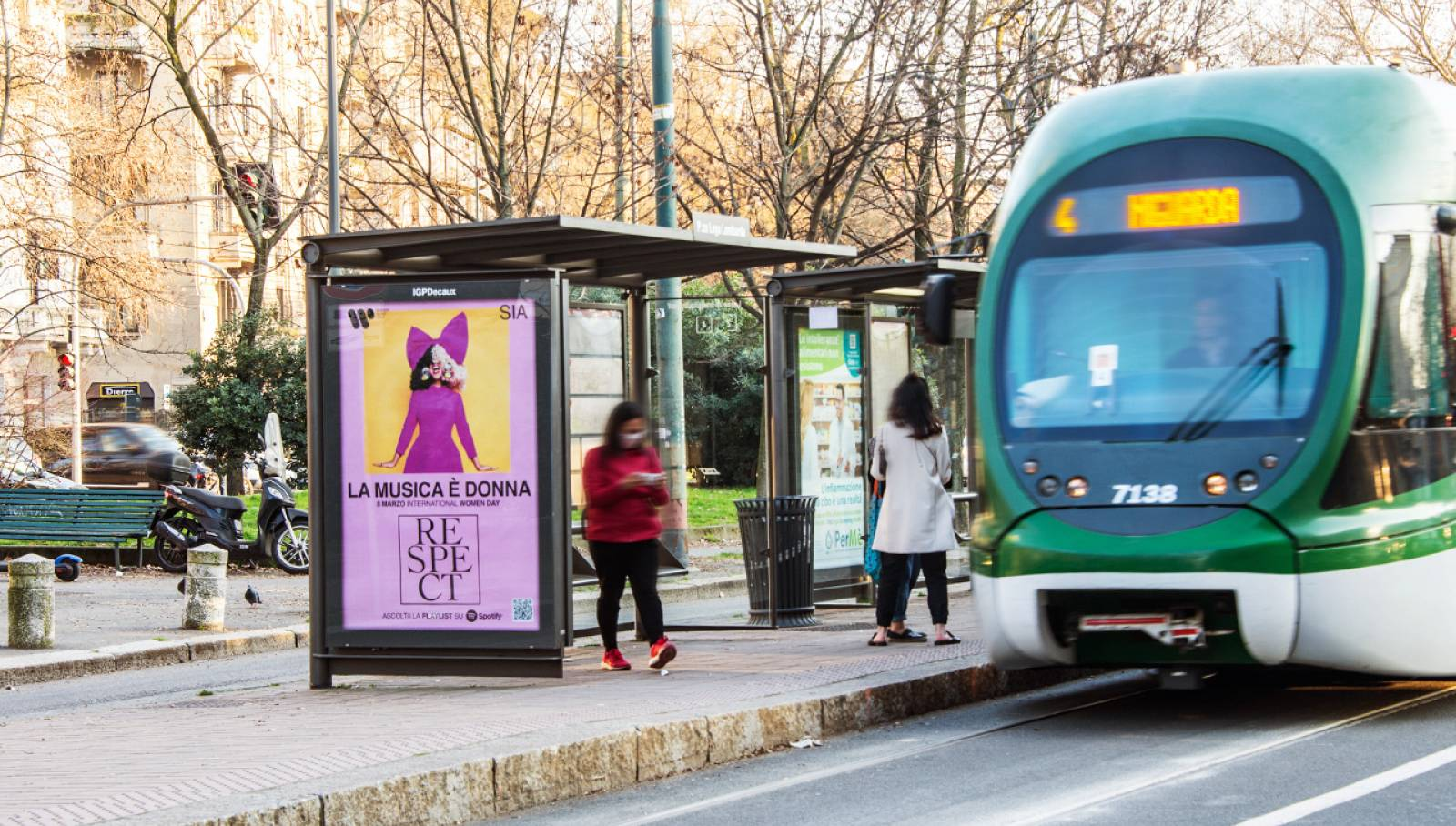 outdoor advertising IGPDecaux Pensiline a Milano per Warner Music Italy