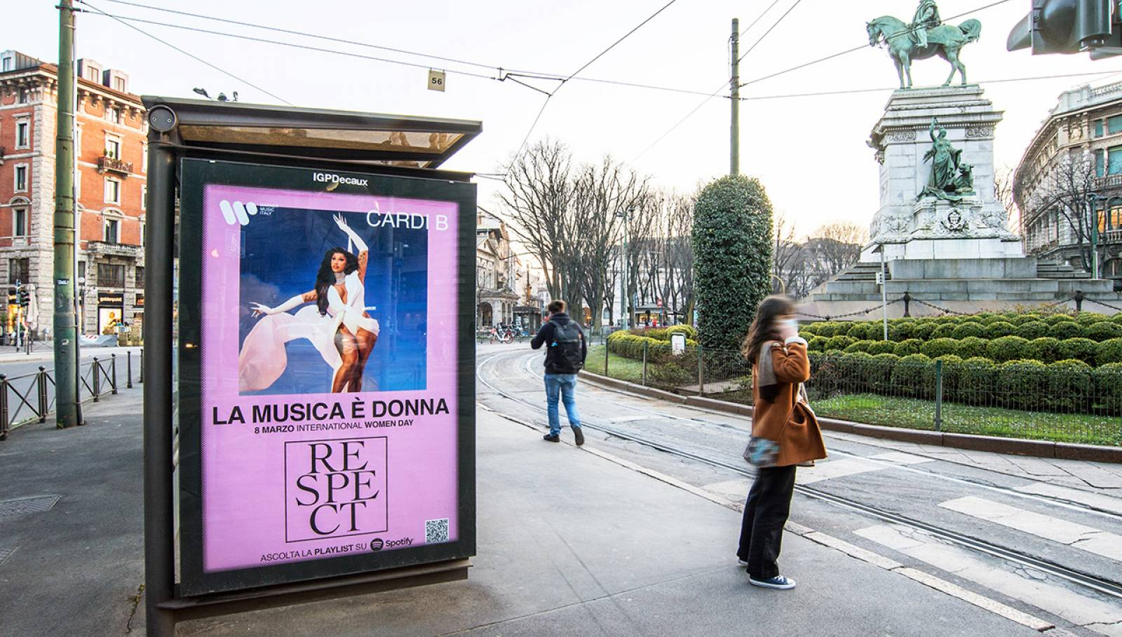Out OF Home IGPDecaux a Milano pubblicità sulle pensiline per Warner Music Italy