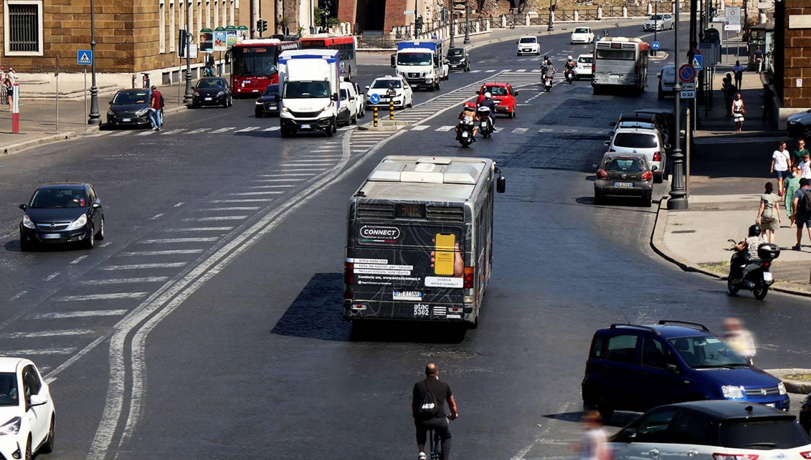 pubblicità su autobus a Roma IGPDecaux Fullback per WeTaxi