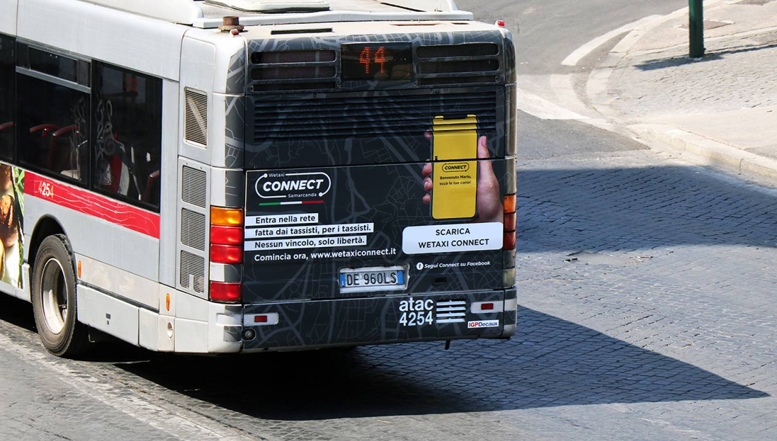 IGPDecaux Out of Home advertising a Roma Fullback per WeTaxi