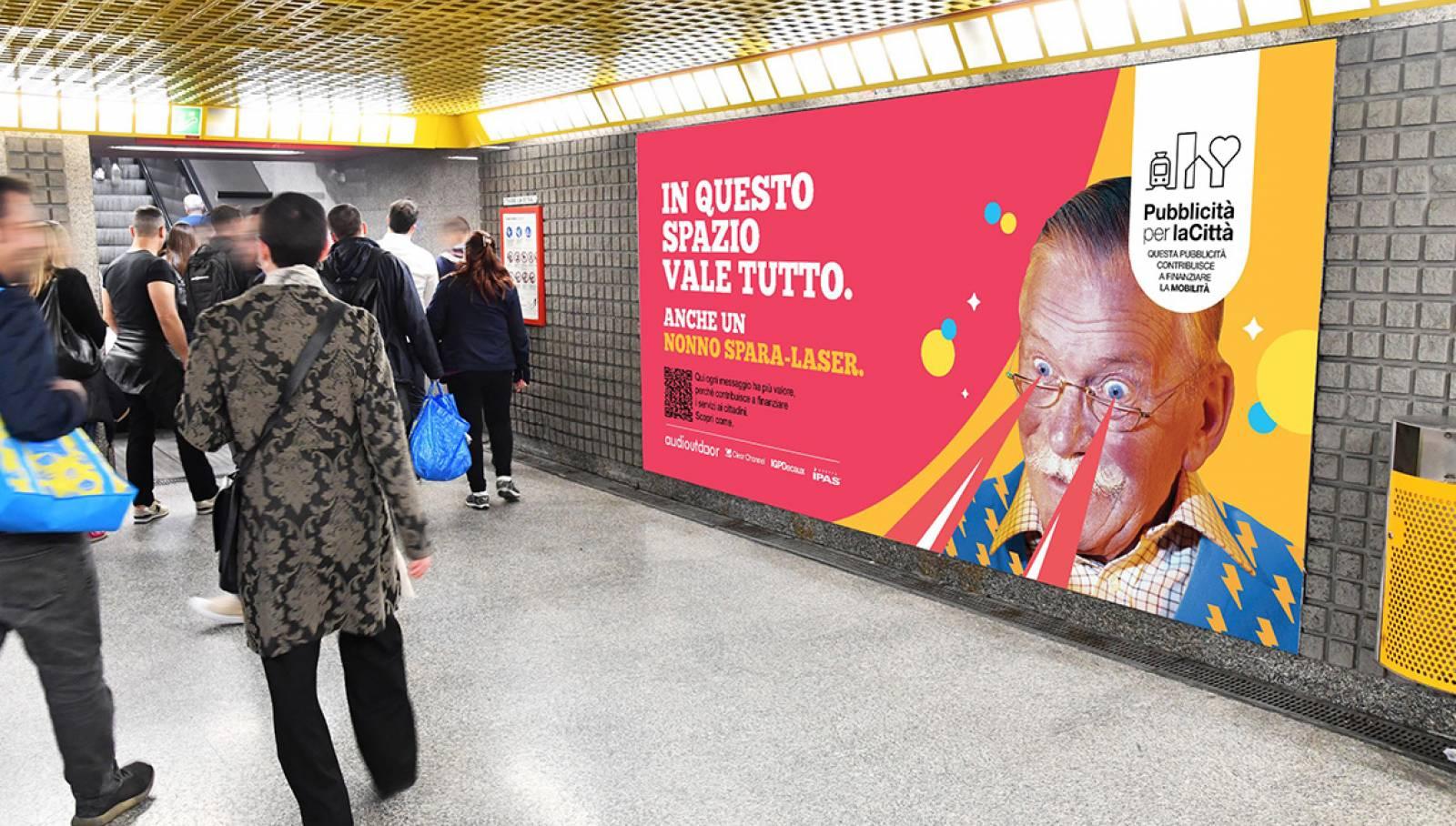 """IGPDecaux Clear Channel IPAS pubblicità per la città campagna """"In questo spazio vale tutto"""" Circuito Maxi a Milano IGPDecaux"""