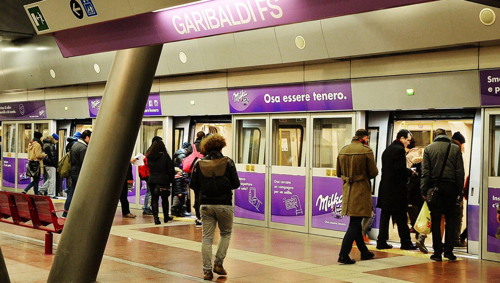 Pubblicità in metropolitana a Milano station domination IGPDecaux per Milka