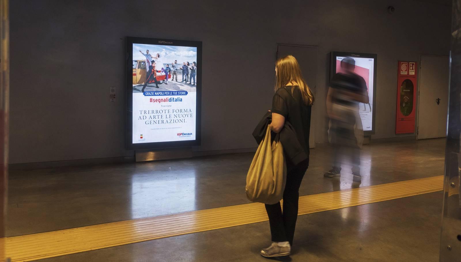 Pubblicità in metropolitana IGPDecaux mupi a Napoli per Segnali d'Italia