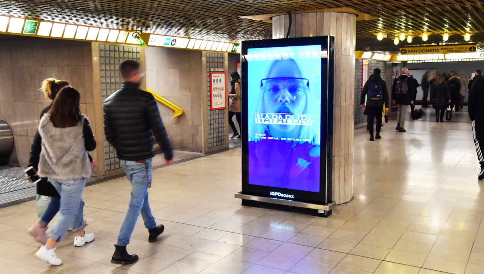 Pubblicità in metropolitana IGPDecaux a Milano circuito Vision per Napapijri