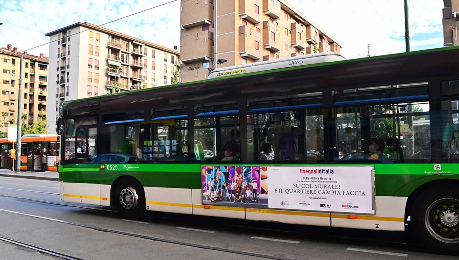 Pubblicità OOH su autobus a Milano Sidebanner per Segnali d'Italia progetto OrMe Ortica Memoria